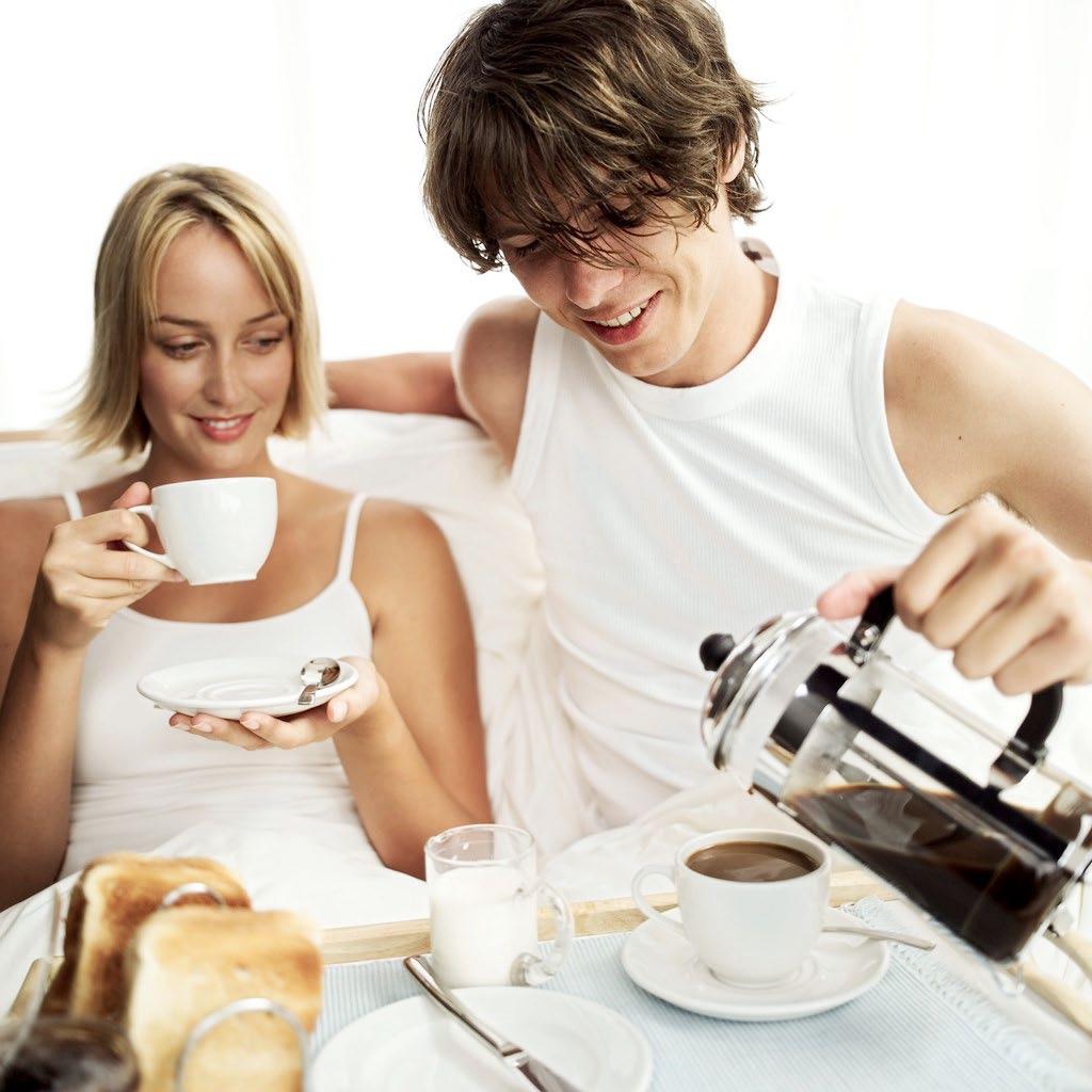 Фото парень дает чашку девушке